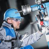Industrie-Arbeiter bei der Wartung einer Maschine